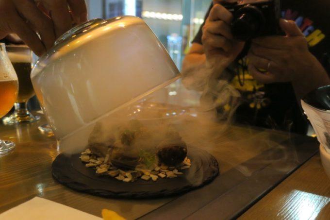 台湾・高雄「掌門精釀啤酒 高雄chacha店」蓋の中が煙でいっぱいの食事。
