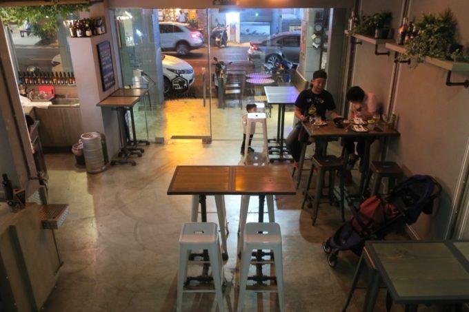 台湾・高雄「掌門精釀啤酒 高雄chacha店」の1階バーフロア。