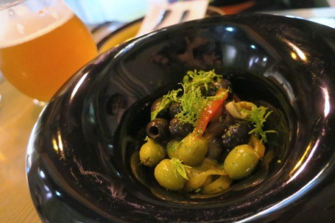 台湾・高雄「掌門精釀啤酒 高雄chacha店」醃漬橄欖與什錦蔬菜(オリーブのピクルス盛り合わせ、TWD90)