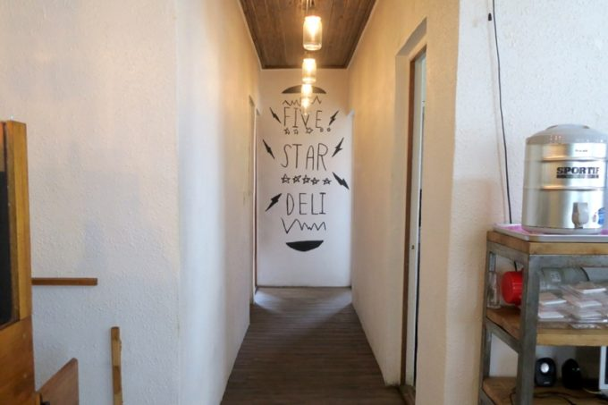 北谷・砂辺「Five Star Deli(ファイブスターデリ)」客室方面。