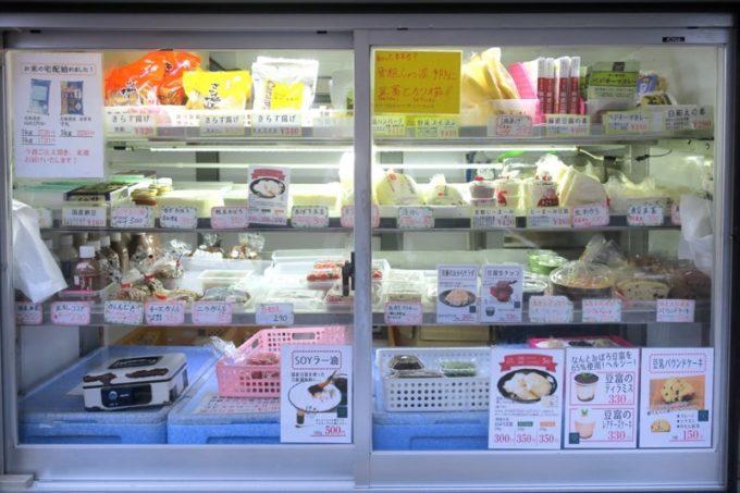 池田屋豆腐(池田食品)の移動販売車の冷蔵庫には商品がびっしり。