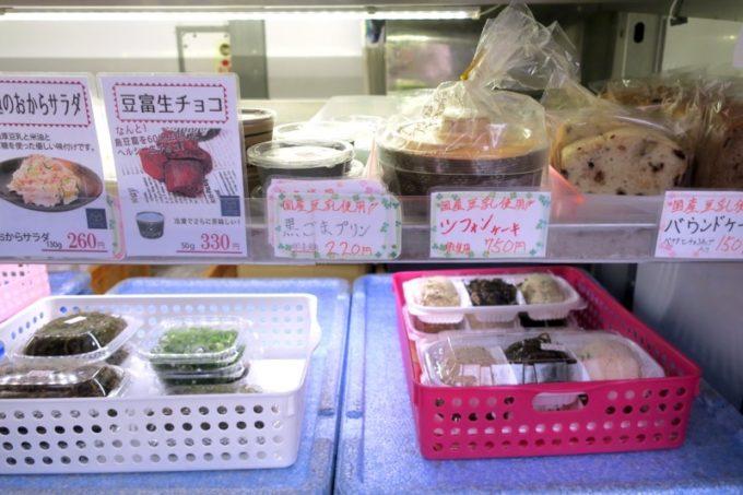 池田屋豆腐(池田食品)の移動販売車で売られている生チョコ・シフォンケーキ・パウンドケーキなど。