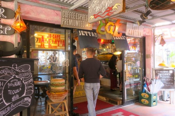 北谷・美浜「ジェッタバーガーマーケット(JETTA BURGER MARKET)」の入り口。