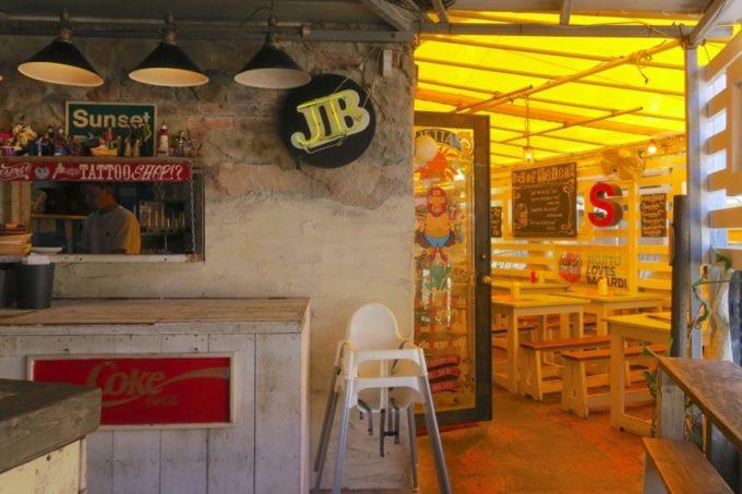 北谷・美浜「ジェッタバーガーマーケット(JETTA BURGER MARKET)」の店内(テラス席)