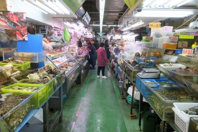 2019年6月16日で一時閉鎖する、那覇・牧志公設市場1階の様子(通路その2)