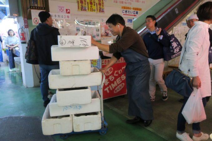 2019年6月16日で一時閉鎖する、那覇・牧志公設市場1階の様子(発泡スチロールのケースを運ぶ男性