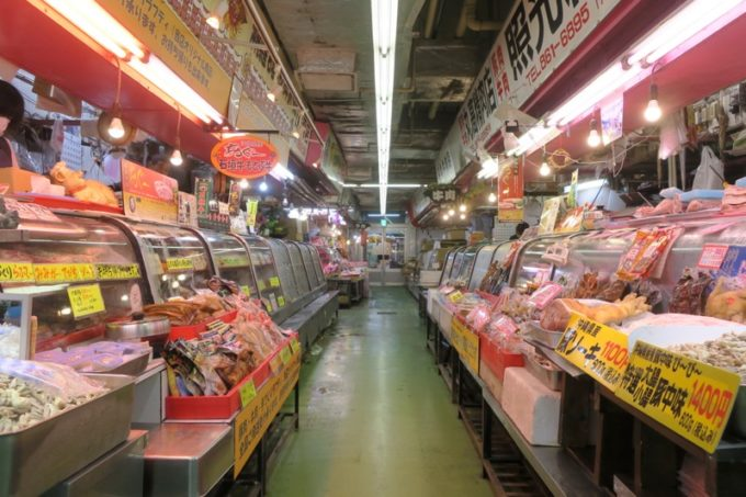 2019年6月16日で一時閉鎖する、那覇・牧志公設市場1階の様子(精肉コーナー)