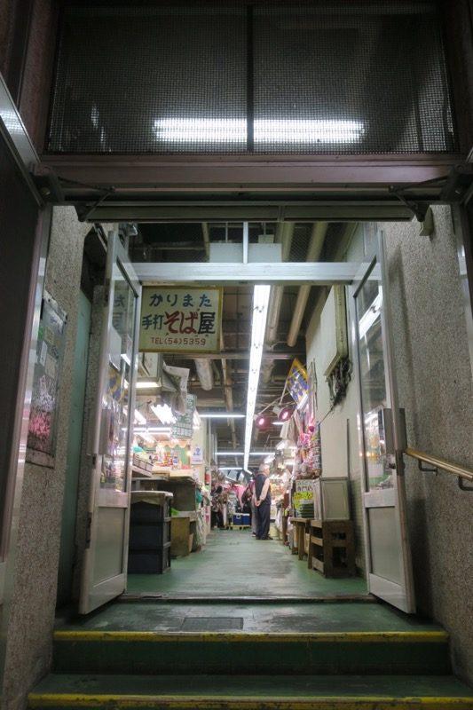 一時閉鎖が決定している那覇の牧志公設市場の入り口(その1)
