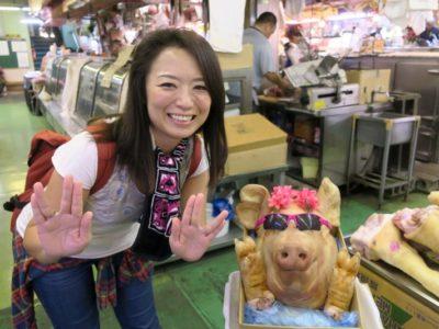 2019年6月16日で一時閉鎖する、那覇・牧志公設市場1階の様子(美里食肉店のジェニファーと記念撮影)