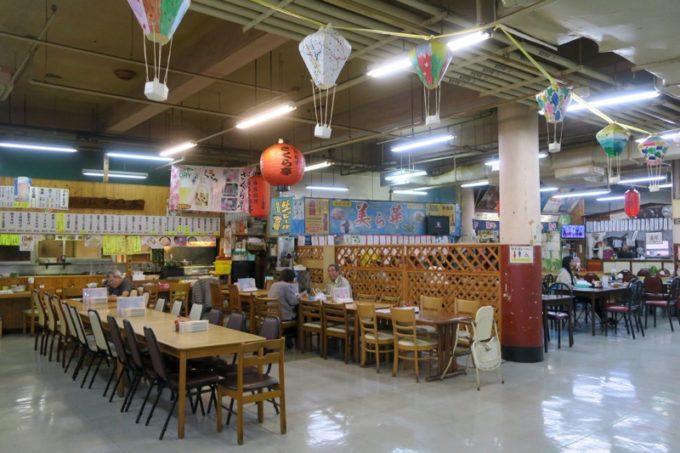 2019年6月16日で一時閉鎖する、那覇・牧志公設市場2階にある食堂の様子(さくら亭と美ら華)