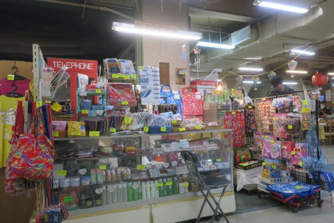 2019年6月16日で一時閉鎖する、那覇・牧志公設市場2階の様子(謎のお土産屋さん、その1)