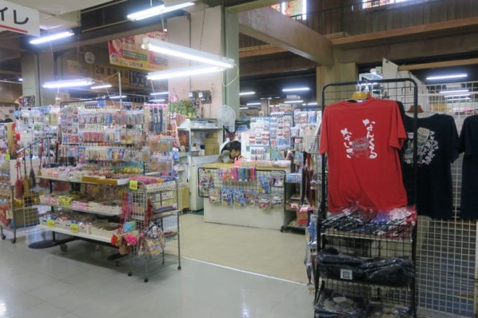 2019年6月16日で一時閉鎖する、那覇・牧志公設市場2階の様子(謎のお土産屋さん、その2)