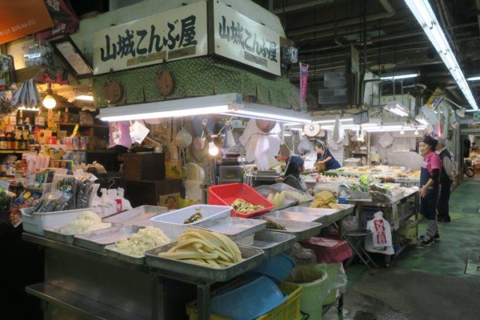 2019年6月16日で一時閉鎖する、那覇・牧志公設市場1階の様子(山城こんぶ屋)