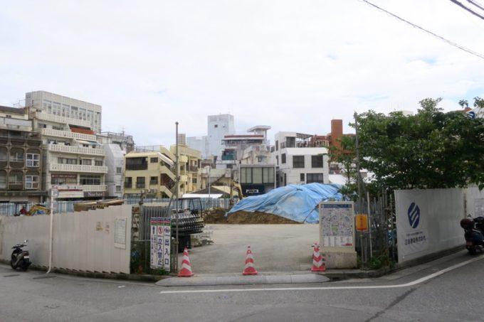 那覇・牧志公設市場の移転先は、すぐ近くのにぎわい広場(元・第二牧志公設市場跡)で、2019年7月には営業再開の予定となっている。