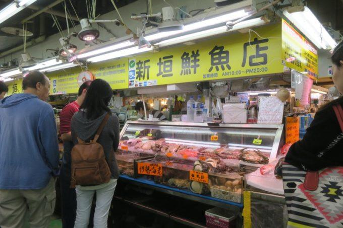 2019年6月16日で一時閉鎖する、那覇・牧志公設市場1階の様子(新垣鮮魚店)