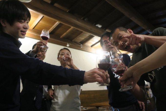 恩納村「ビストロ おんな食堂」で乾杯する店主と奥さんとお客たち。