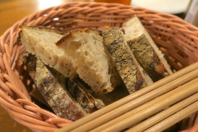恩納村「ビストロ おんな食堂」ぱん工房おとなりやのパン(4カット、300円)