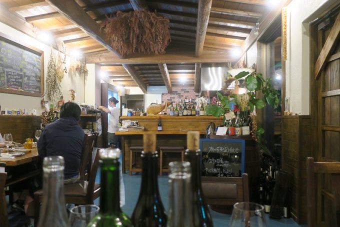 恩納村「ビストロ おんな食堂」の店内。