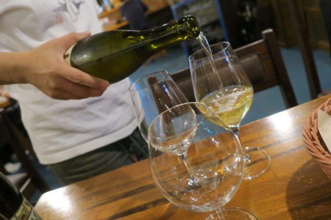 恩納村「ビストロ おんな食堂」でグラスワインをいただく。