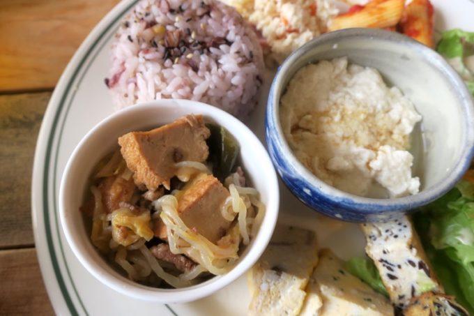 西原「島とうふ専門Cafe ソイラボ」ワンプレートランチのゆし豆腐と池田豆腐のすき焼き。