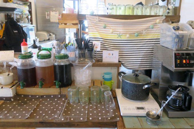 西原「島とうふ専門Cafe ソイラボ」ワンプレートランチのドリンクセット(+200円)をつけると、ドリンクとスープが飲み放題になる。