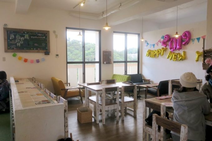 西原「島とうふ専門Cafe ソイラボ」の店内(テーブル席とソファー席)