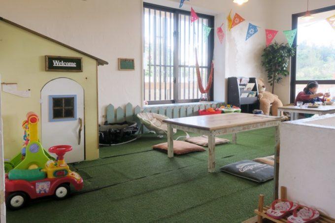 西原「島とうふ専門Cafe ソイラボ」の芝生スペースにはキッズスペースなど遊び場を併設。