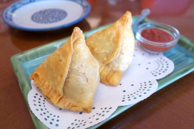 北谷・国体道路沿いのインド料理「タージオキナワ」のサモサ(400円)