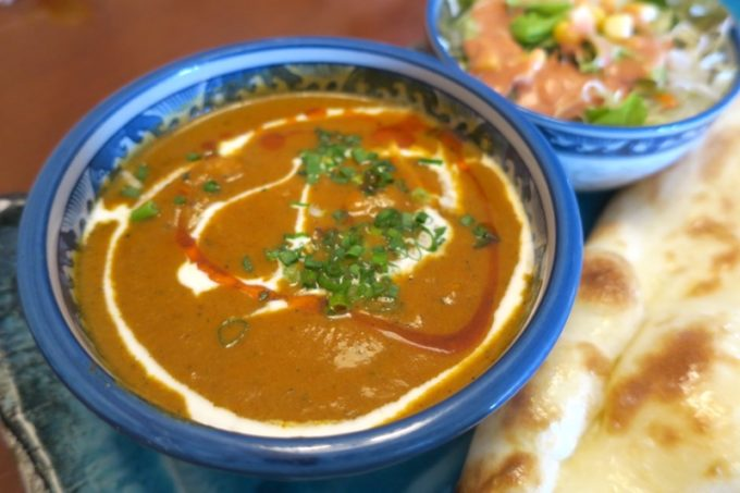 北谷・国体道路沿いのインド料理「タージオキナワ」のAランチ(900円)は好きなカレーを選べるのでマトンカレーにした。