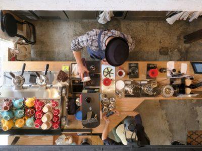 那覇・牧志「T&M COFFEE(ティーアンドエムコーヒー)」のキッチンを真上から撮影。