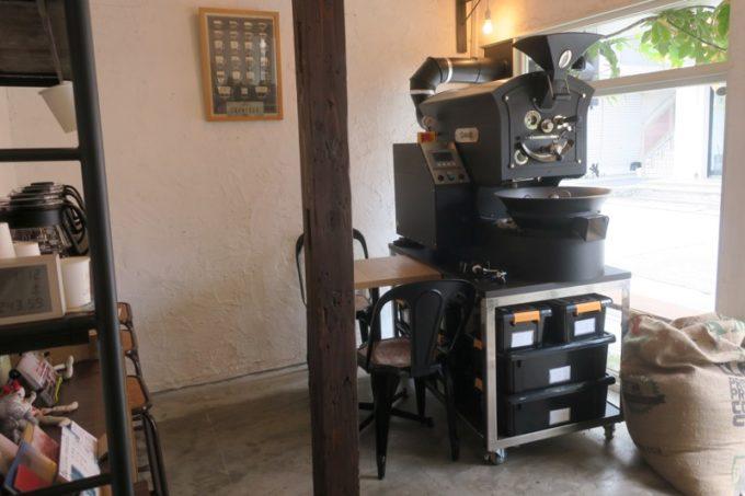 那覇・牧志「T&M COFFEE(ティーアンドエムコーヒー)」の店内にはコーヒー豆を焙煎するロースターがある。
