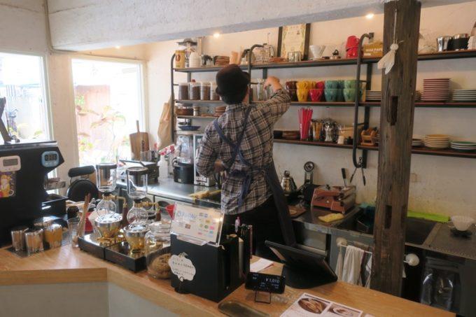 那覇・牧志「T&M COFFEE(ティーアンドエムコーヒー)」のキッチンの様子。