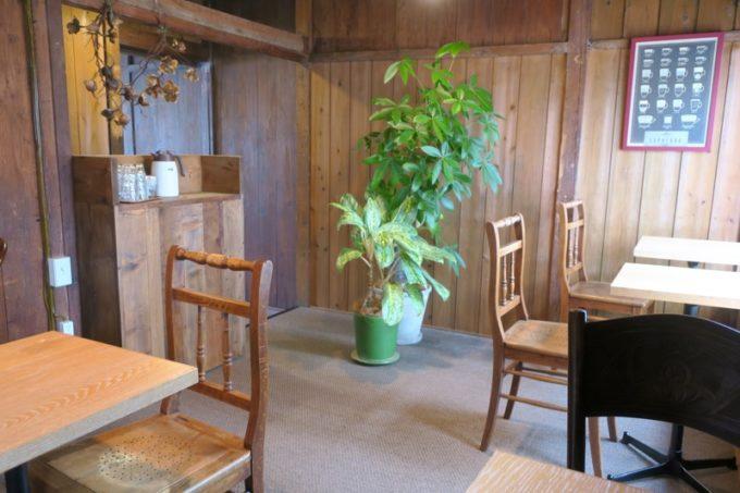 那覇・牧志「T&M COFFEE(ティーアンドエムコーヒー)」2階のテーブル席。