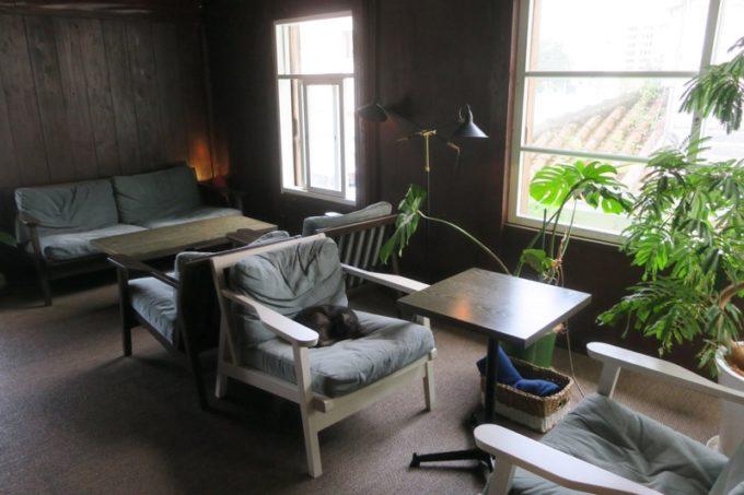 那覇・牧志「T&M COFFEE(ティーアンドエムコーヒー)」2階のソファー席。