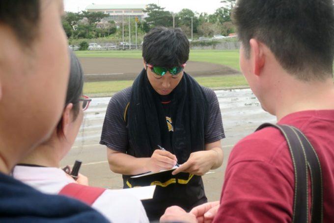 阪神タイガースの宜野座キャンプ(プロ野球春季キャンプ2019)でサインに応える伊藤和雄投手(背番号92)