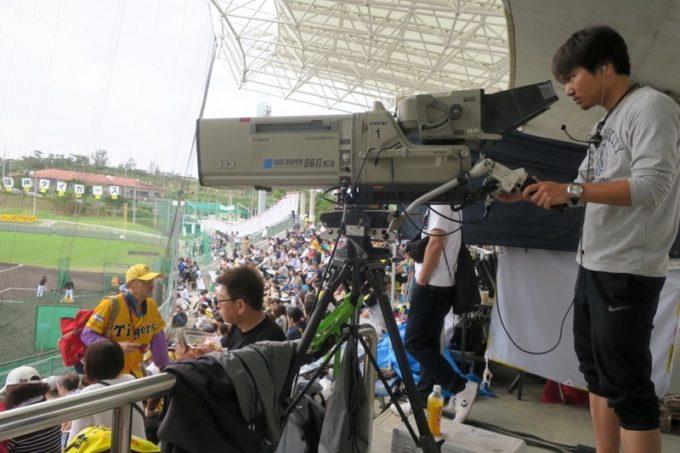 阪神タイガースの宜野座キャンプ(プロ野球春季キャンプ2019)の生放送をしている猛虎キャンプリポートのテレビカメラ。