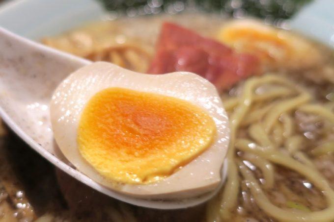 那覇・松山「丸麺屋製作所」の味付け玉子は比較的火の入りが強い