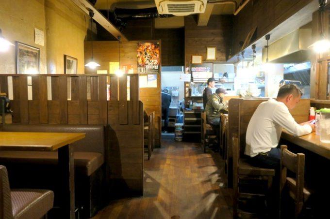 那覇・松山「丸麺屋製作所」の店内にはカウンター席とテーブル席がある。
