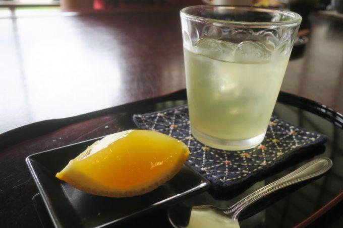 鹿児島・薩摩川内は入来麓武家屋敷群にある「武家茶房Monjo(もんじょ)」の食事についてきた季節の柑橘ゼリー(この日は甘夏)とソフトドリンク。