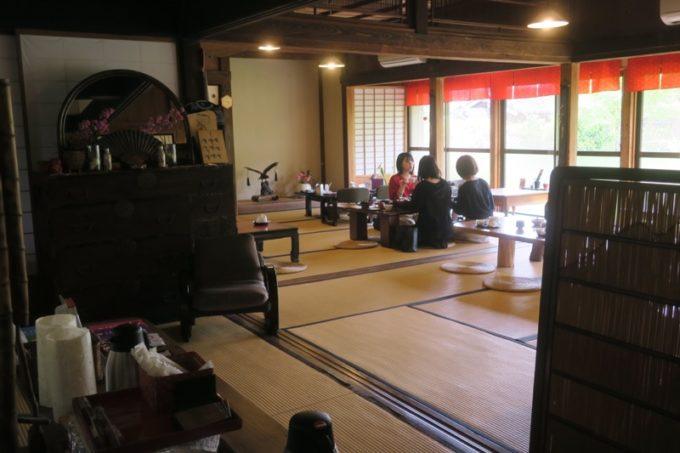 鹿児島・薩摩川内は入来麓武家屋敷群にある「武家茶房Monjo(もんじょ)」の店内(お座敷席)