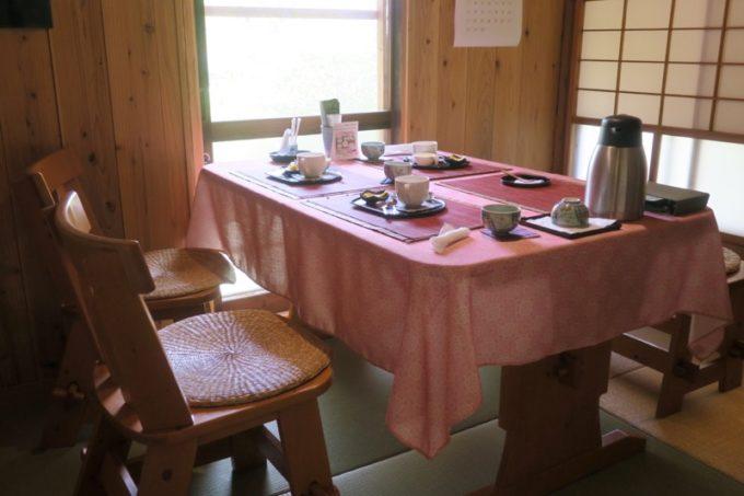 鹿児島・薩摩川内は入来麓武家屋敷群にある「武家茶房Monjo(もんじょ)」の店内(テーブル)