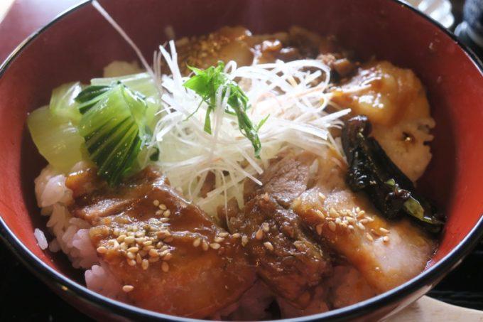 鹿児島・薩摩川内は入来麓武家屋敷群にある「武家茶房Monjo(もんじょ)」のせごどんぶいは、六白黒豚のバラブロックを6時間蒸してトロトロだ。