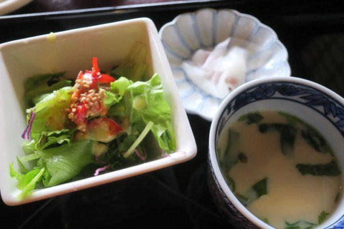 鹿児島・薩摩川内は入来麓武家屋敷群にある「武家茶房Monjo(もんじょ)」のお食事にセットされたサラダと香の物と茶碗蒸し。
