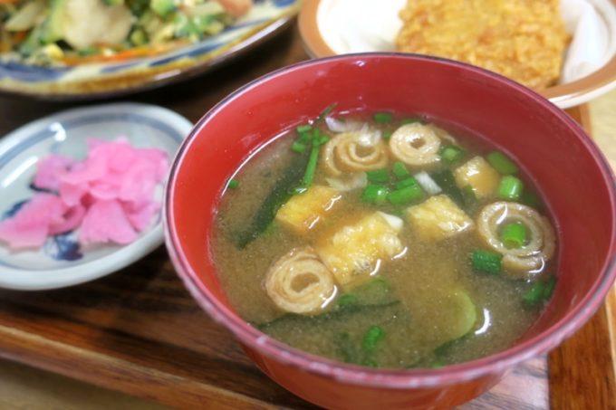 那覇・首里「ななほし食堂」の味噌汁や漬物など。