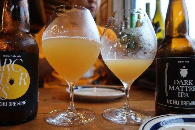 恩納村「ビストロ おんな食堂」うちゅうブルーイングのARCTURUSとDARK MATER IPA(いずれも1280円)