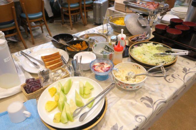 鹿児島空港(国内線2階)の「大空食堂」の朝食バイキングのおかず・フルーツなど。
