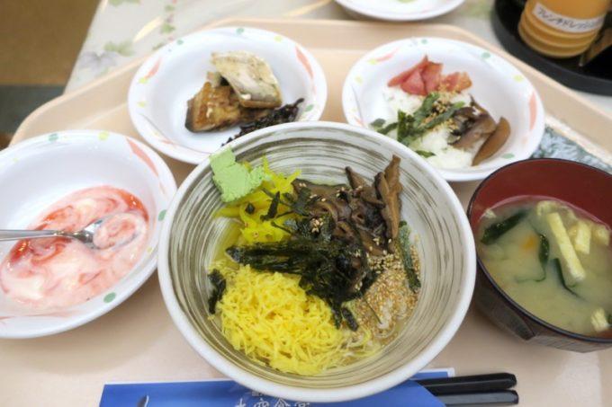 鹿児島空港(国内線2階)の「大空食堂」でいただいたさつま鶏飯とおかず類。