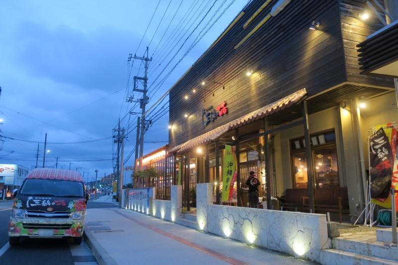 恩納村にある沖縄料理居酒屋「三線の花」の外観。