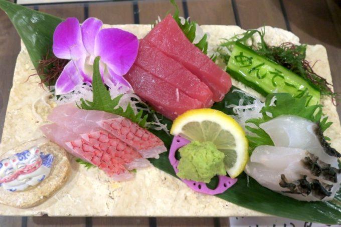 恩納村「三線の花」本日の地魚三点刺し(1680円)