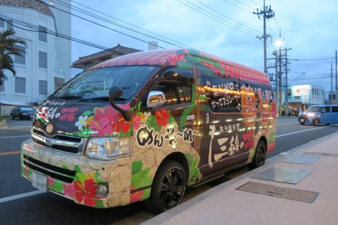 恩納村「三線の花」ではホテルとお店を行き来する送迎車があって便利。